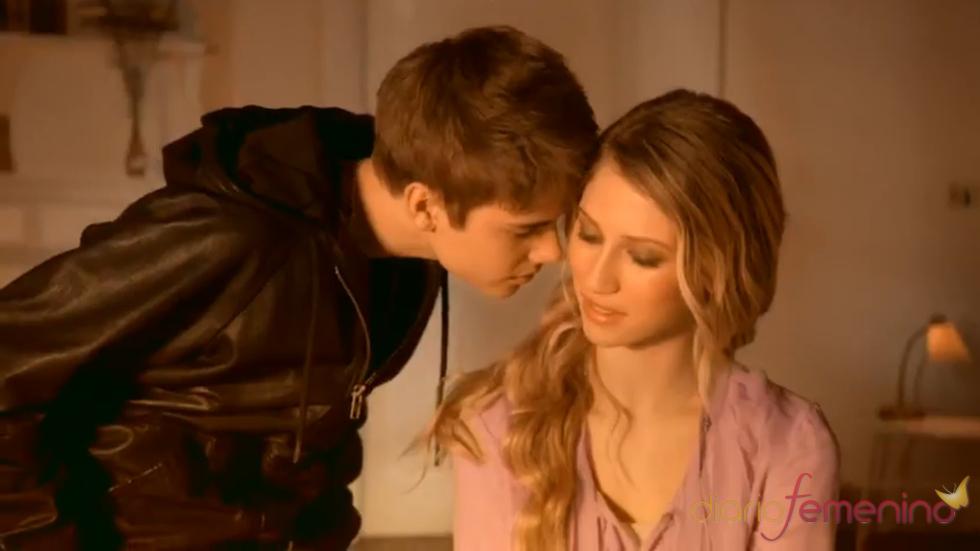 Justin Bieber besa a Dree Hemingway para el anuncio de su perfume
