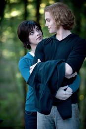 Ashley Greene y Jackson Rathbone en un fotograma de 'Eclipse'