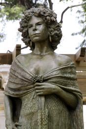 La estatua de bronce en honor a Cayetana de Alba