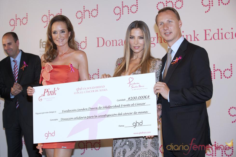 Elsa Pataky hace entrega de dos cheques para luchar contra el cáncer de mama
