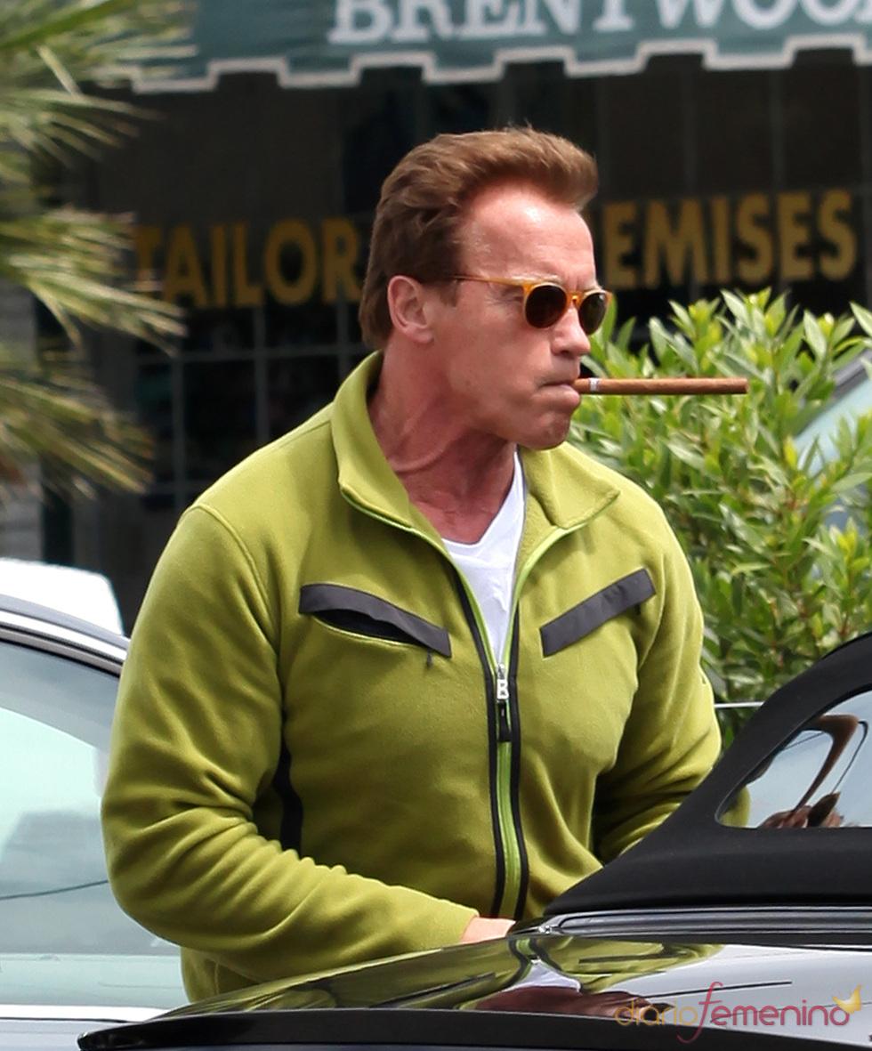 Arnold Schwarzenegger con un puro en una imagen de abril de 2011