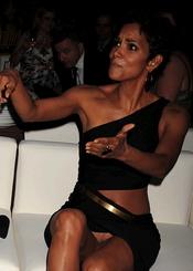 Halle Berry enseña sus partes más íntimas en los Premios Fifi 2011
