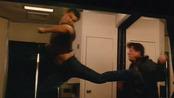 Taylor Lautner da una patada a su enemigo en 'Abduction'