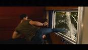Taylor Lautner, rompiendo un cristal en 'Abduction'
