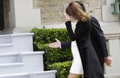 Carla Bruni, con un vestido blanco de premamá durante la cumbre del G8