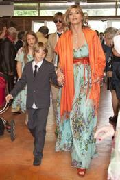 Arancha de Benito entra en la iglesia con su hijo el día de su comunión