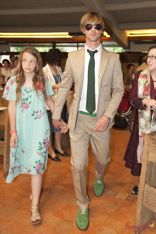 Guti entra en la iglesia con su hija el día de la comunión de su hijo