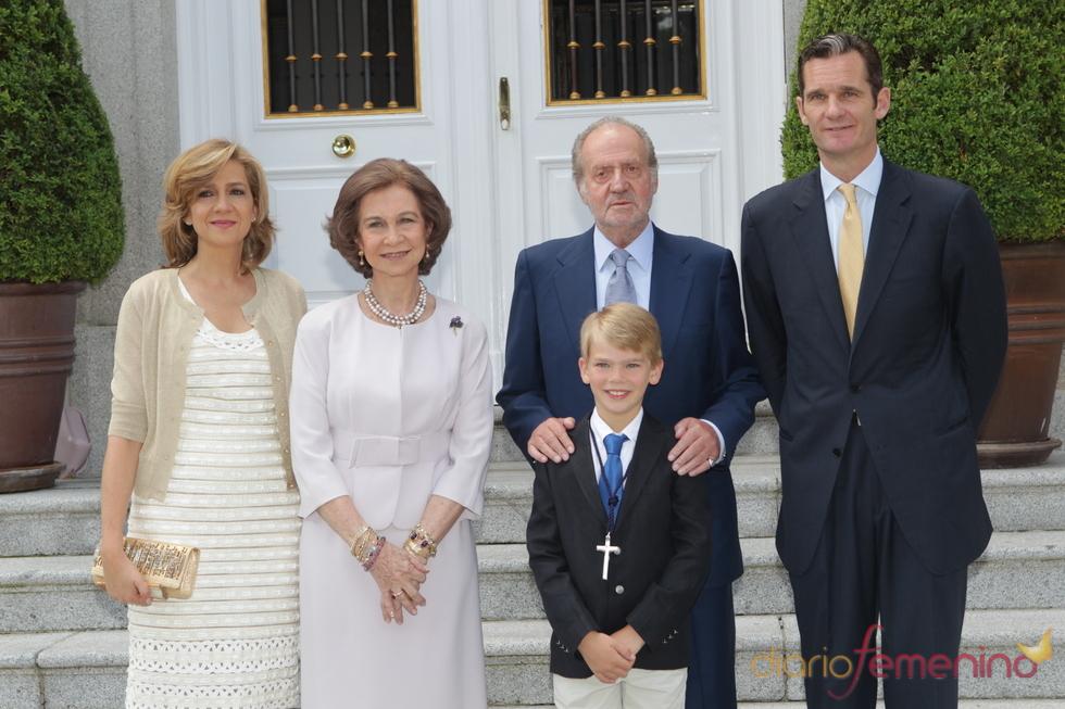 Los Reyes y los padres de Miguel Urdangarín en su Primera Comunión