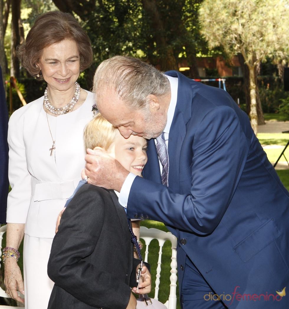 El Rey Juan Carlos besa a su nieto Miguel Urdangarín en su primera comunión