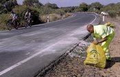 Operarios recogen los restos del accidente de Ortega Cano
