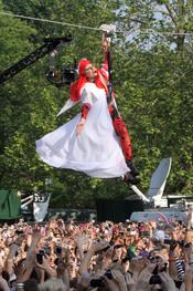 Lady Gaga baja en tirolina a su concierto de Nueva York