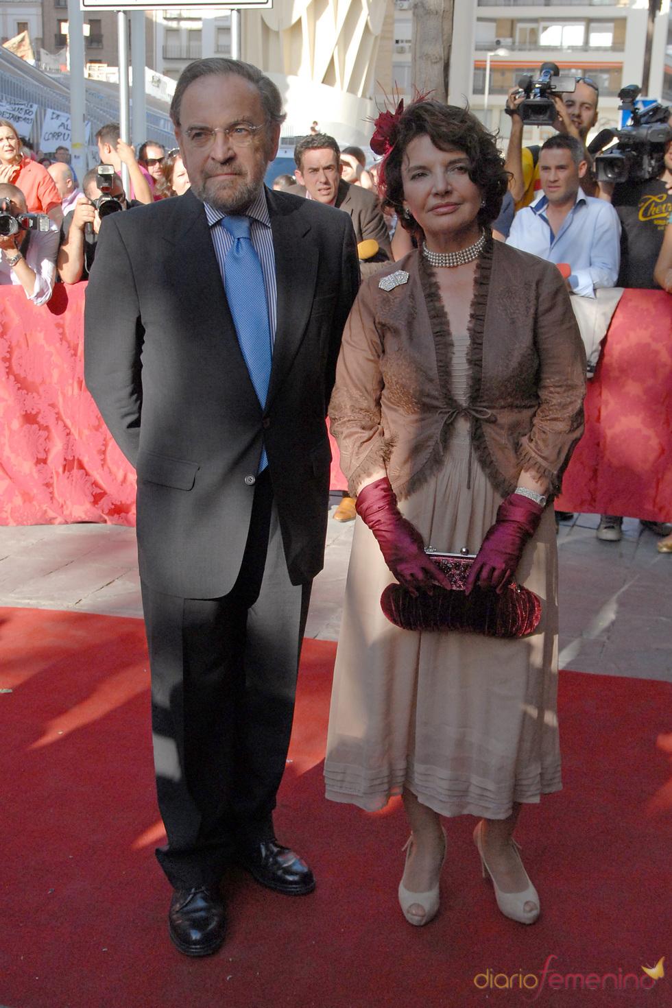 Antonio Burgos y su mujer Isabel Herce en la boda de Carmen Solís Tello