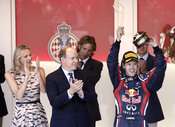Alberto de Mónaco y Charlene Wittstock con el ganador de la Fórmula 1 Sebastian Vettel