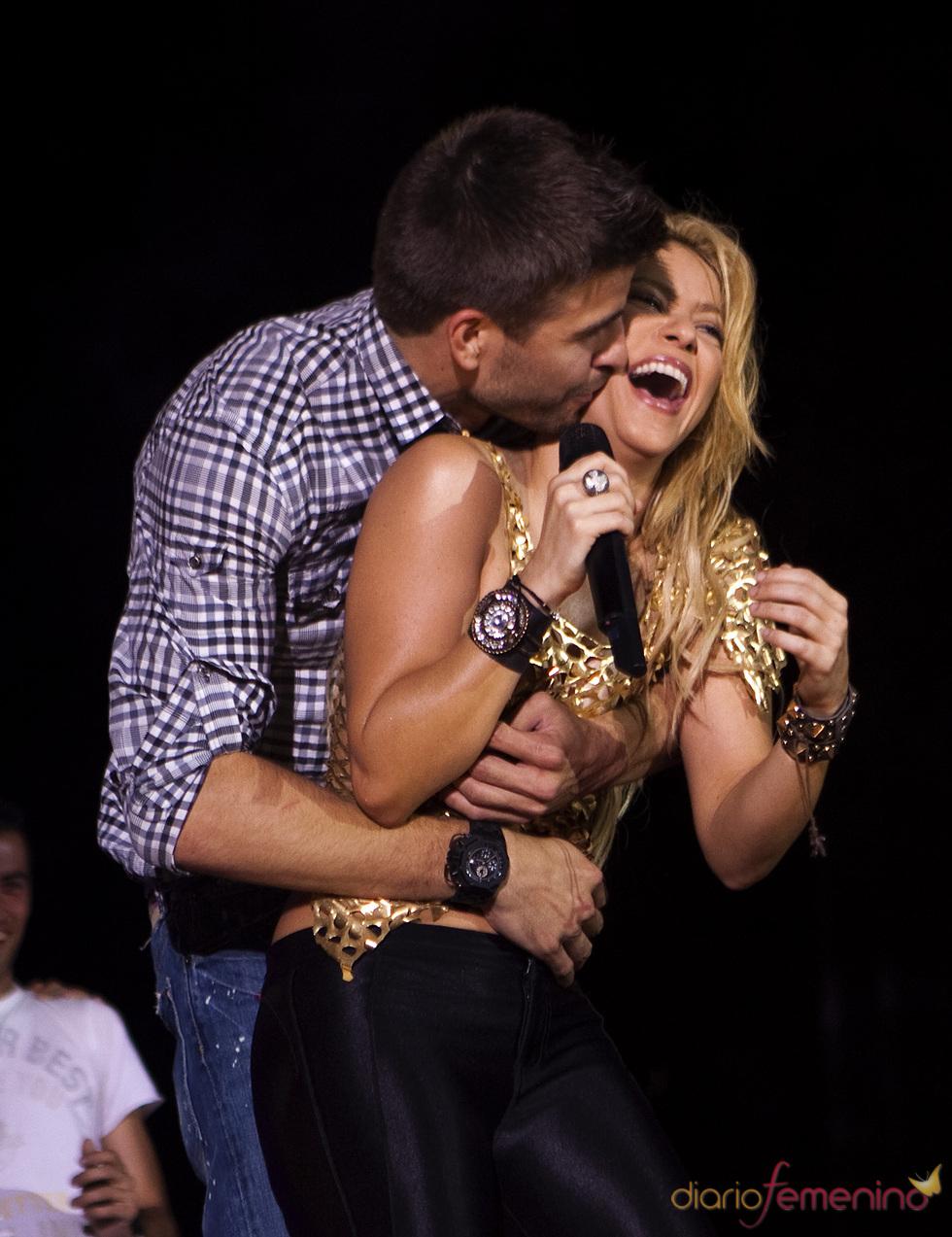 Piqué besa a Shakira durante su concierto en Barcelona
