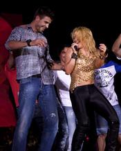 Shakira enseña a bailar a Piqué durante su concierto en Barcelona