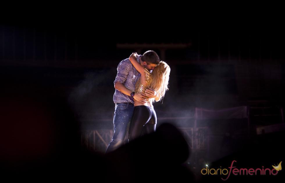 Shakira y Piqué se besan durante su concierto de Barcelona