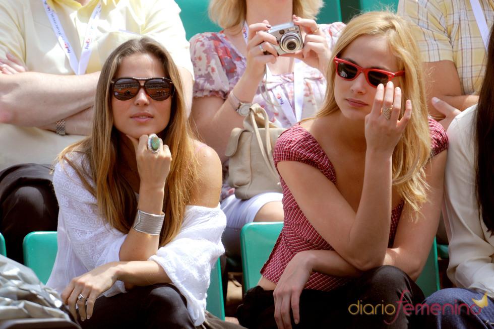 Elsa Pataky con una amiga en el Ronald Garros