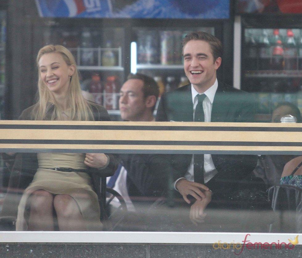 Robert Pattinson y Sarah Gadon ríen durante el rodaje de 'Cosmóplis'