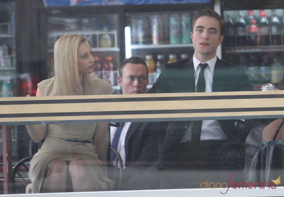 Robert Pattinson saca la lengua a la cámara durante el rodaje de 'Cosmóplis'
