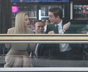 Robert Pattinson bromea con Sarah Gadon durante el rodaje de 'Cosmóplis'