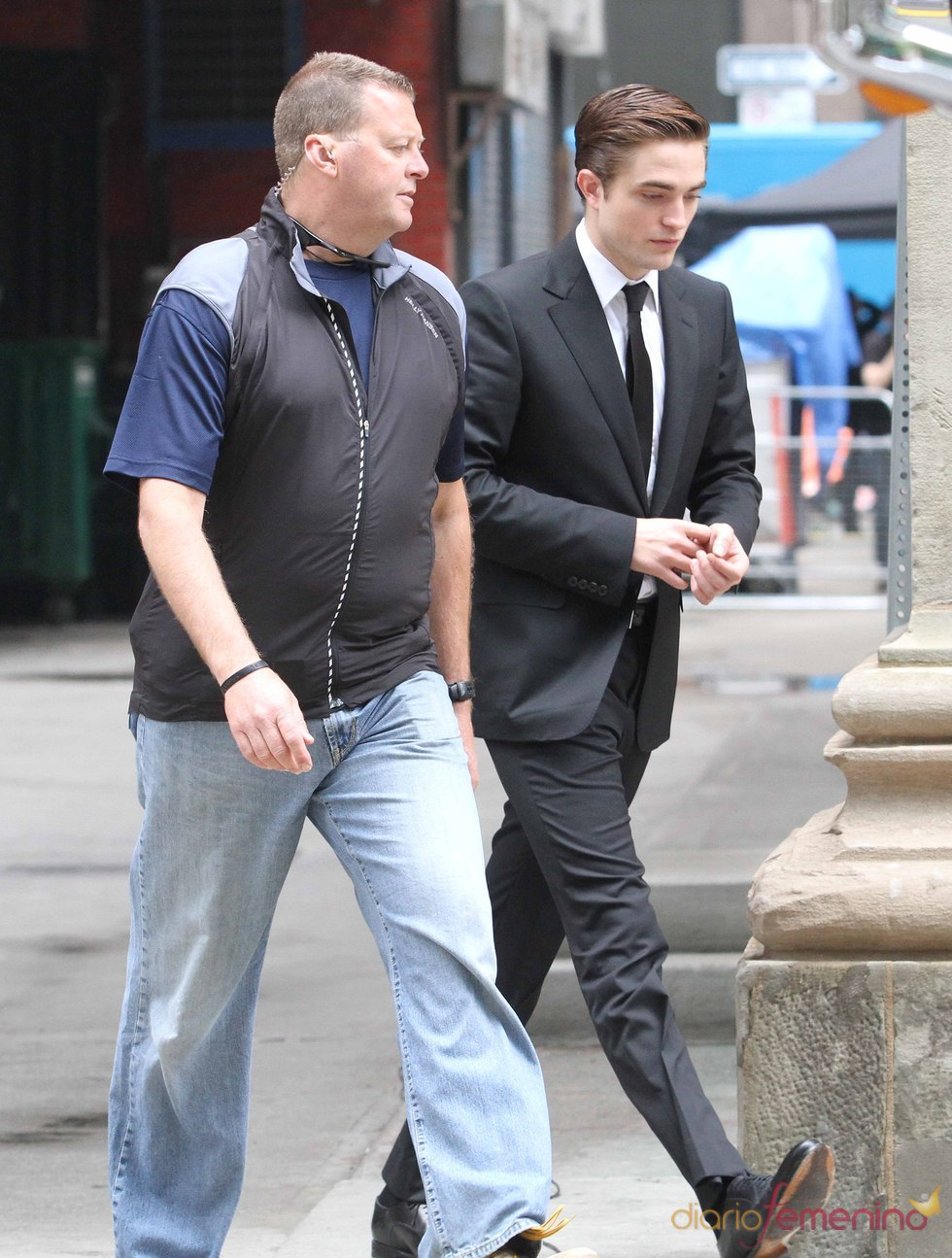 Robert Pattinson recibe instrucciones durante el rodaje de 'Cosmóplis'