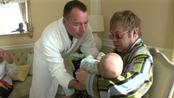 Elton John y David Furnish alimentando a su bebé