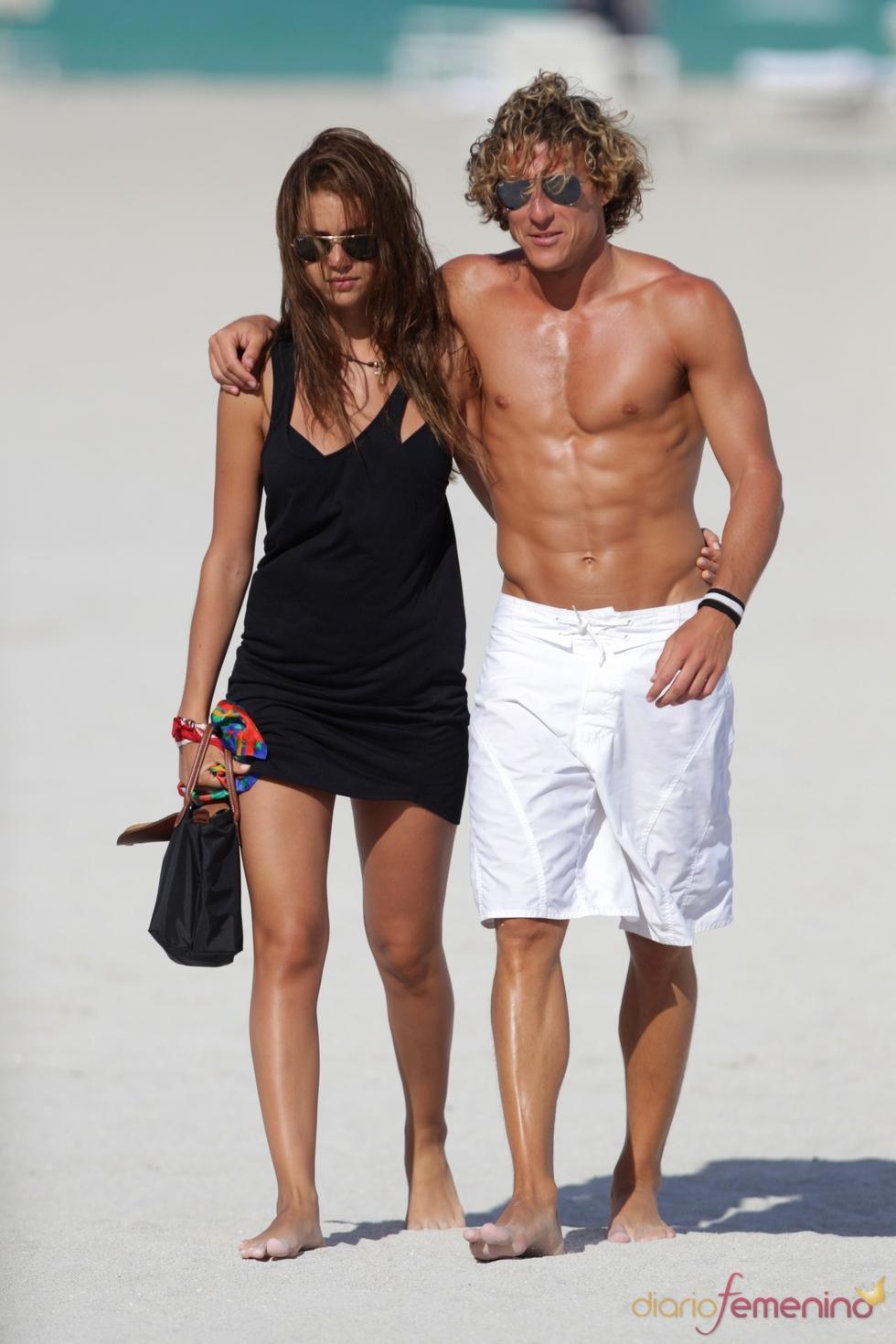 Diego Forlán y Zaira Nara en las playas de Miami