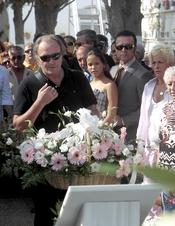 Amador Mohedano y José Ortega Cano en el cementerio de Chipiona en 2010