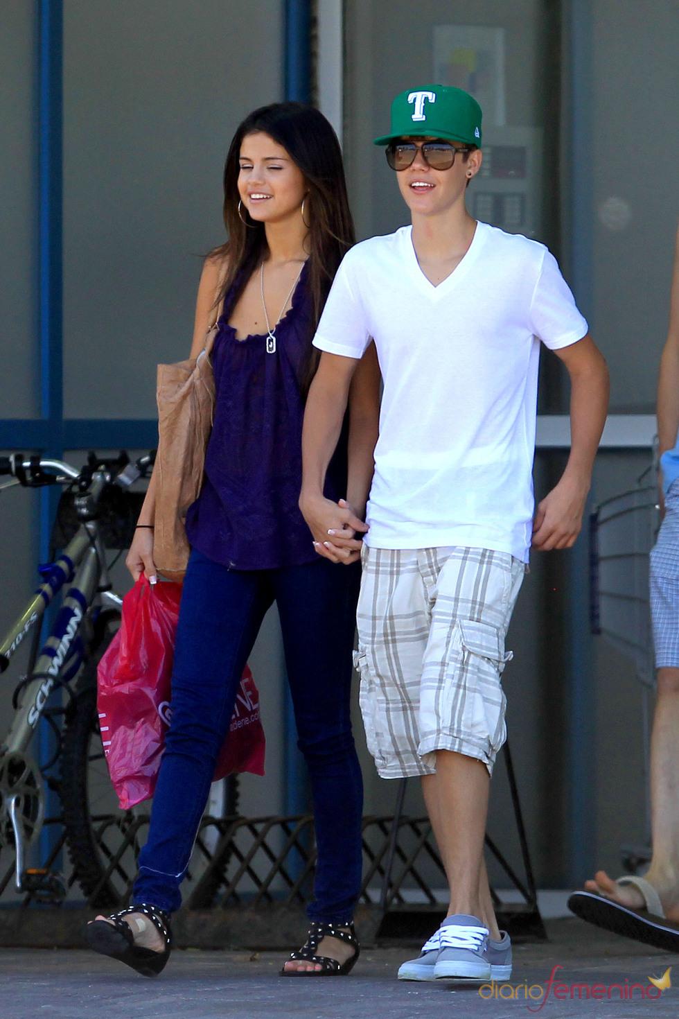 Justin Bieber y Selena Gomez pasean por las calles de Toronto