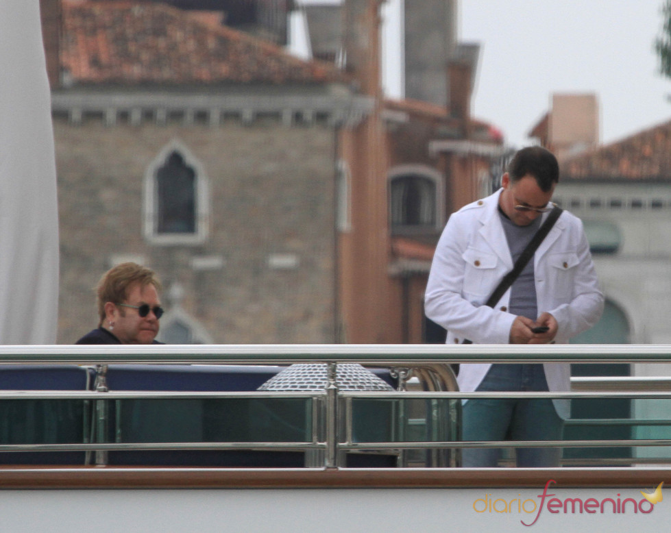 Elton John y David Furnish visitan Venecia