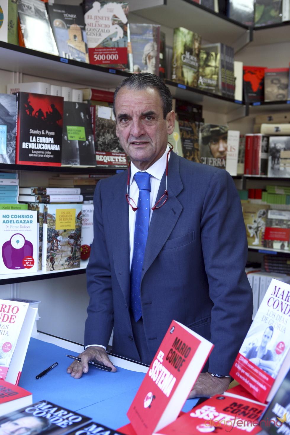 Mario Conde firma 'Los días de Gloria' en la Feria del Libro de 2011
