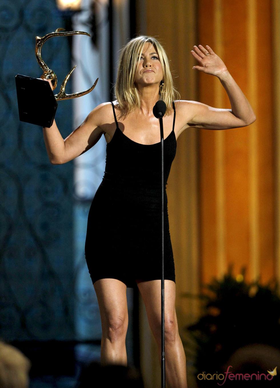 Jennifer Aniston recoge su premio en la gala de los 'Spike TV's Guys Choice Awards'