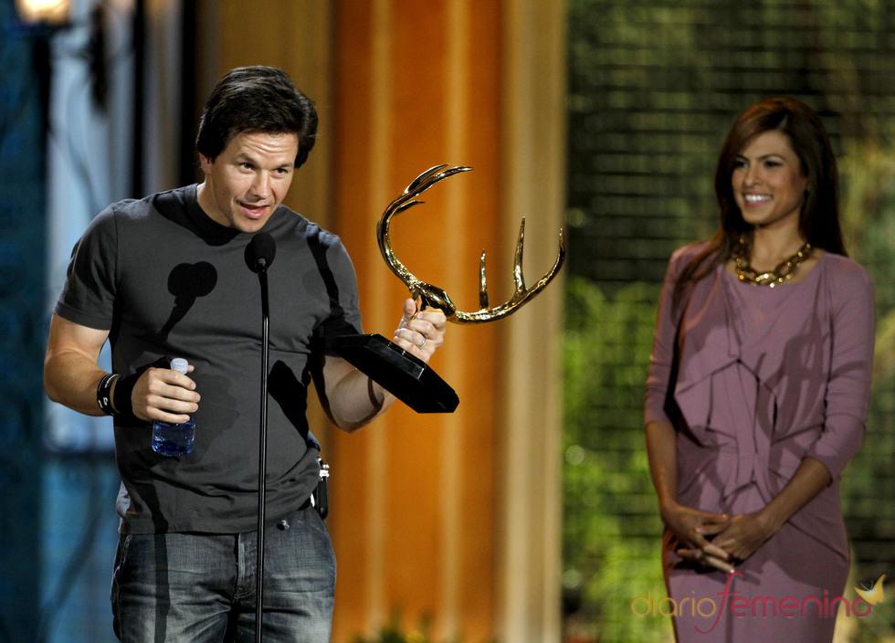 Mark Whalberg recoge su premio en la gala de los 'Spike TV's Guys Choice Awards'