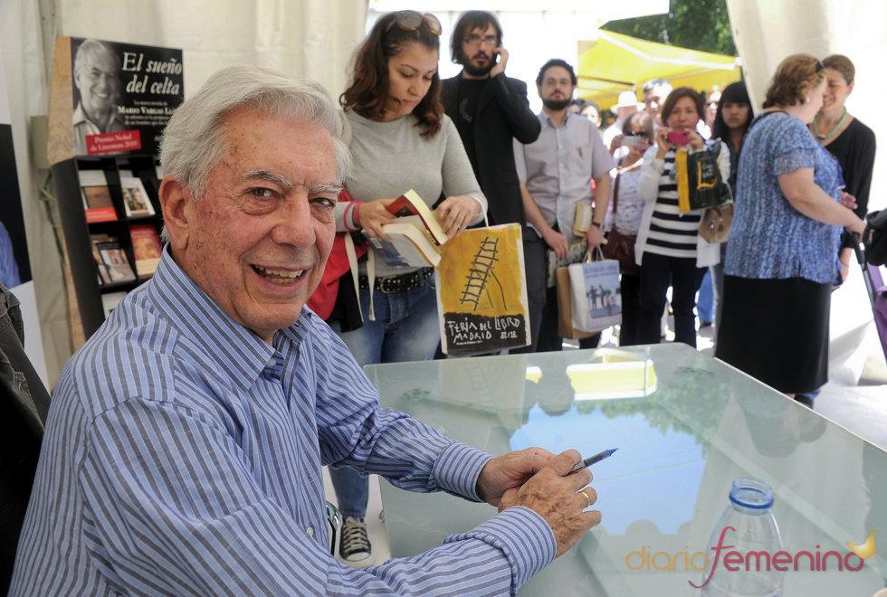 Mario Vargas Llosa firmando en la Feria del Libro 2011