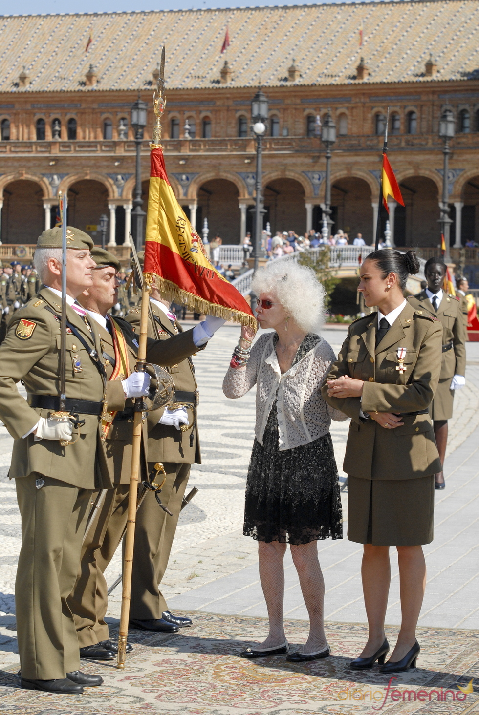 La Duquesa de Alba jura la bandera española