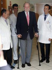 El Rey Juan Carlos abandona el hospital con muletas