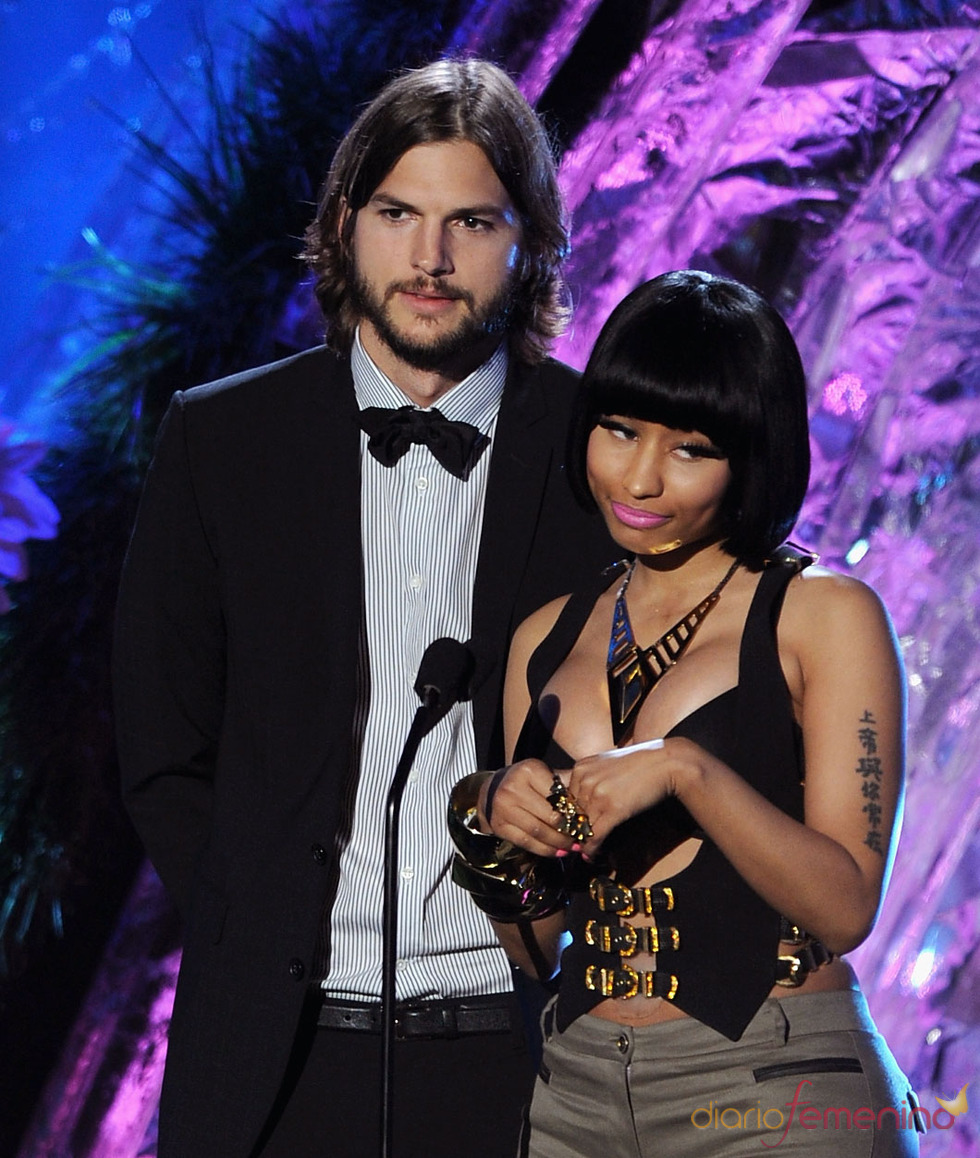 Ashton Kutcher y Nicki Minaj en la gala de los premios MTV Awards 2011