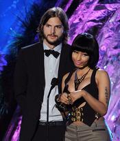Ashton Kutcher y Nicki Minaj en la gala de los premios MTV Awards 2011