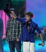 Justin Bieber orgulloso alza su premio MTV Movie Award 2011