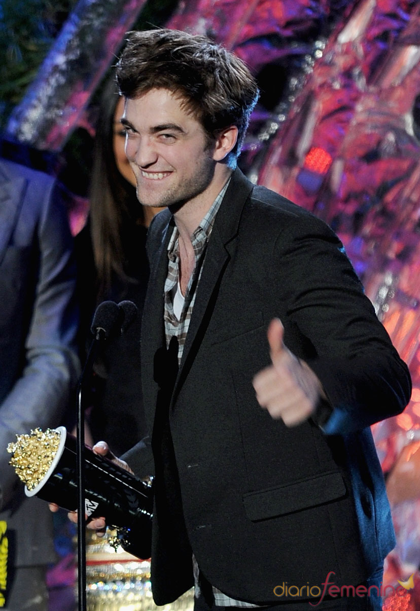 Robert Pattinson feliz con su premio MTV Movie Award 2011