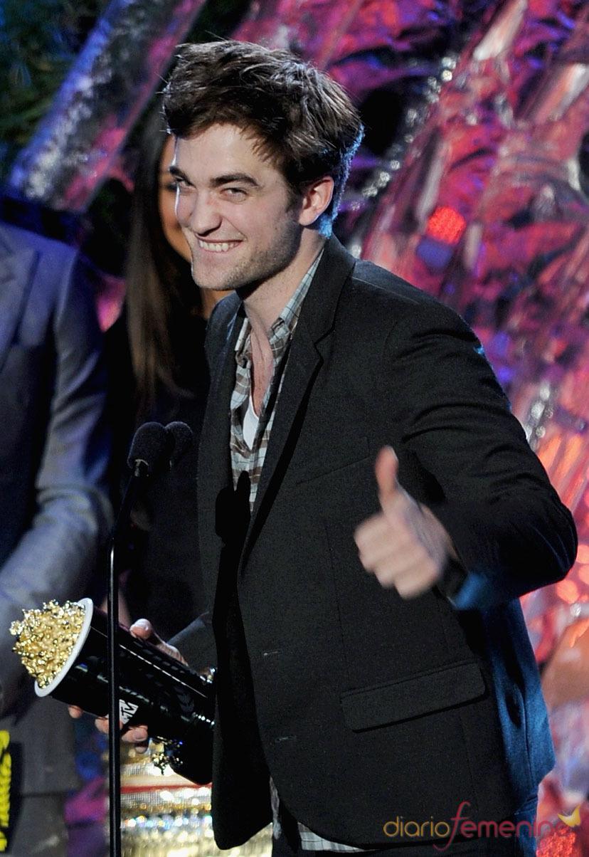 Robert Pattinson feliz con su premio MTV Movie Award 2011