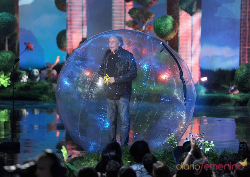 Gary Busey en una bola durante la gala de los premios MTV Movie Awards 2011