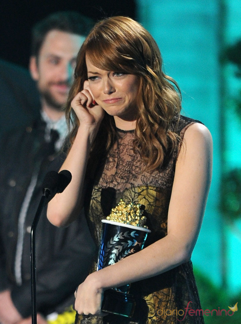 Emma Stone emocionada con su premio MTV Movie Award 2011