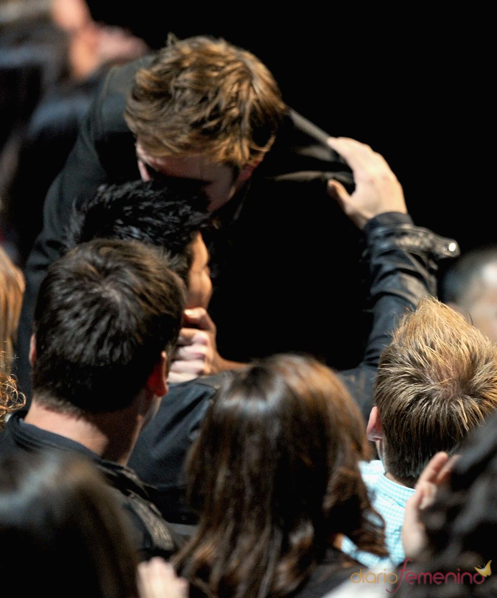 Robert Pattinson besa a Taylor Lautner en la gala de los MTV Movie Awards 2011