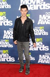 Taylor Lautner a su llegada a los premios MTV Movie Awards 2011