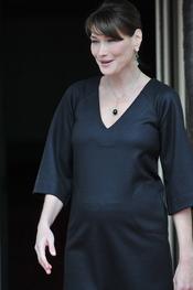 Carla Bruni marca barriga de embarazada con una camiseta oscura