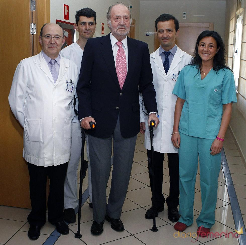 El Rey Juan Carlos junto al equipo médico que le operó la rodilla