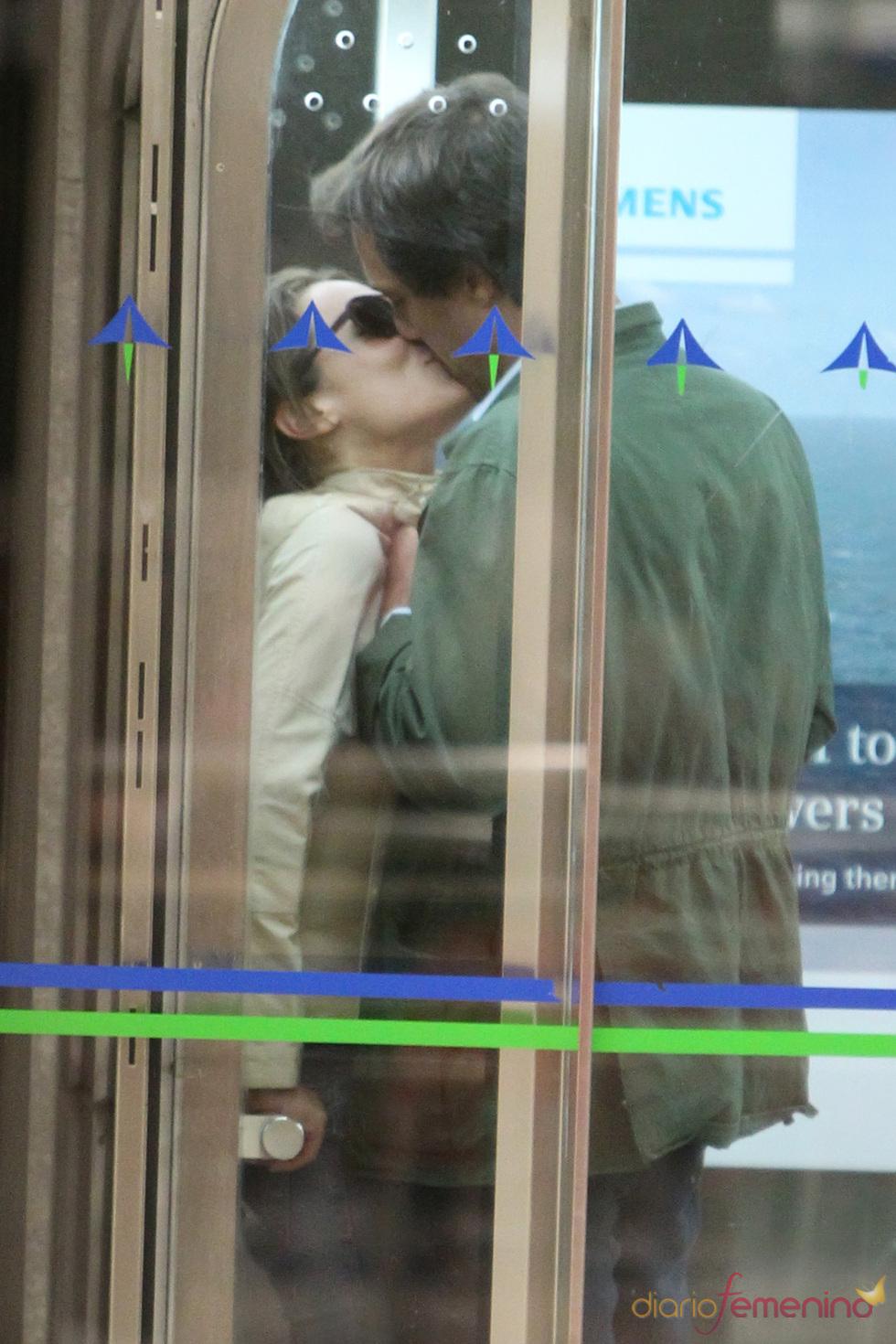 Tamara Falcó besa a su novio italiano en Barajas
