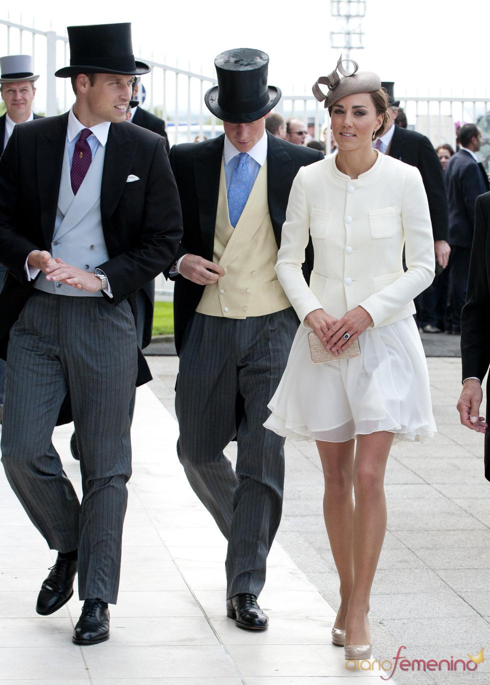El príncipe Guillermo, el príncipe Enrique y Catalina en las carreras de Epsom