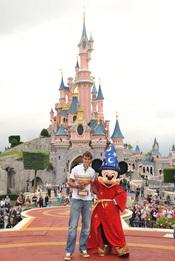 Rafa Nadal junto a Mickey Mouse muestra su trofeo en Disneyland París